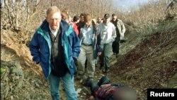 William Walker në vendin ku ka ndodhur masakra në Reçak.