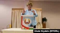 Глава Центральной избирательной комиссии Белоруссии Лидия Ярмошина досрочно голосует на выборах в парламент страны, 7 сентября 2016 года