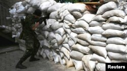 Бойовики на новозведеній барикаді на дорозі до аеропорту Донецька, 27 травня 2014 року