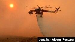 Архивска фотографија - хеликоптер истура вода на пожар во Калифорнија.