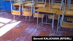 ზუგდიდის მე-9 საჯარო სკოლაში ისე წვიმს, როგორც გარეთ.