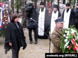 Польшаялъул президентасул лъади Анна Коморовска Катыналъул мемориалалда
