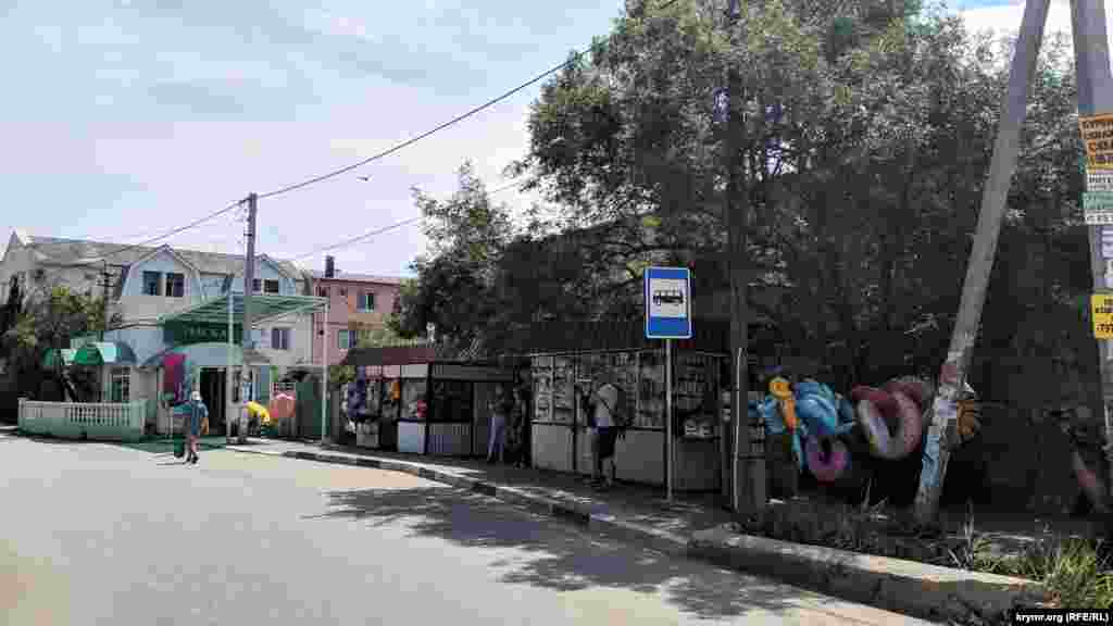 Поруч з військовим містечком – зупинка автобуса, магазини і ларьки