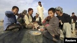 Owganystanyň ýaşaýjylary çaý satýan dükanyň öňünde, Kabul, 2012.
