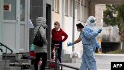 """Medicinsko osoblje u zaštitnim odjelima na Klinici za infektivne bolesti """"Dr. Fran Mihaljević"""" u Zagrebu"""