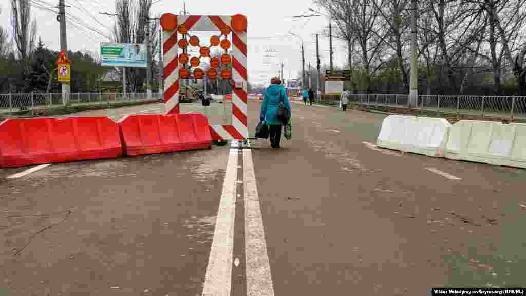 Реконструкция моста на улице Гагарина в Симферополе. Ееобещали закончить еще к середине декабря 2019 года, но так и не завершили.На несколько месяцев мост превратился из автомобильного в пешеходный.Он ведет прямиком к железнодорожному вокзалу. Теперь добраться тудастало непросто. Как выглядит мост Гагарина сейчас, смотрите в фотогалерее