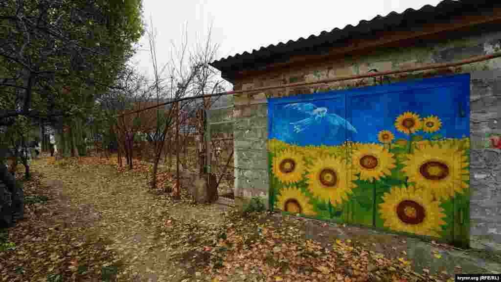 В Бахчисарае кто-то нарисовал граффити на дверях гаража