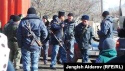 Кыргыз-тажик чегиндеги Көк-Терек айылындагы кыргыз аскерлери. Баткен.