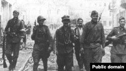 Совместный патруль солдат РККА и Армии Крайовой на улицах Вильнюса. 13 июля 1944 года