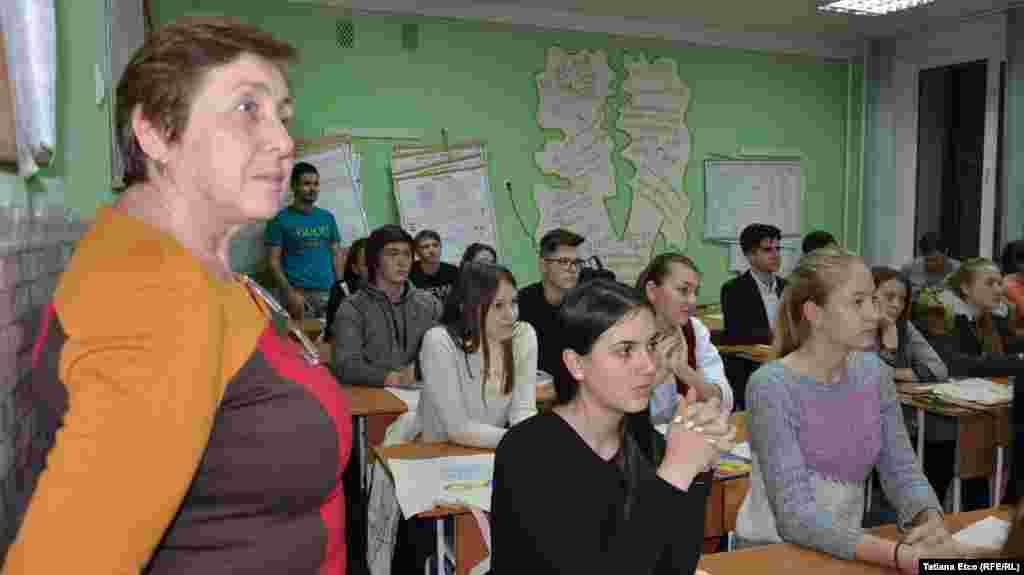 """La Liceul """"Ştefan cel Mare"""" din Grigoriopol, în prim-plan Svetlana Jitariuc, directoare adjunctă"""