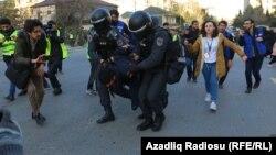 د اذربایجان پولیس د مظاهرهکونکو د نیولو په حال کې.