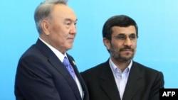 Президент Казахстана Нурсултан Назарбаев пожимает руку президенту Ирана Махмуду Ахмадинежаду по прибытии на саммит Шанхайской организации сотрудничества (ШОС) в Астане. 15 июня 2011 года.