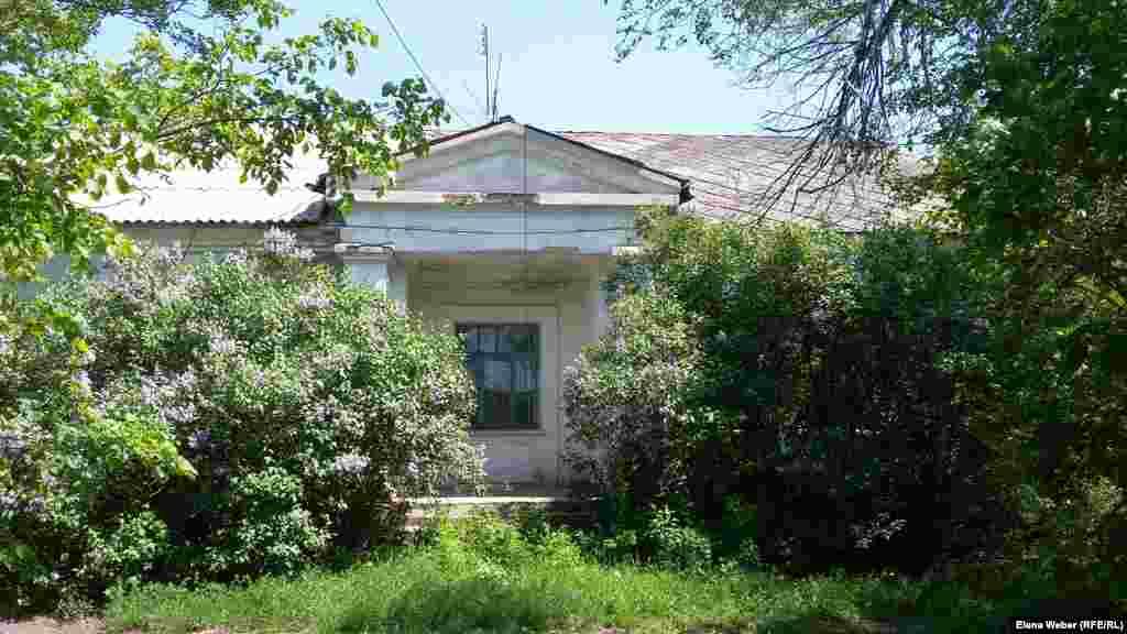 Этот дом в поселке Долинка был предназначен для начальника Карлага. Это архитектурное сооружение, выдержанное в стиле сталинского неоклассицизма, было построено в 1930-е годы. Некогда роскошный дом с большой огороженной территорией, окруженный палисадником, сегодня требует капитального ремонта. За 28 лет существования лагеря сменилось 11 начальников, которые в разные годы жили в этом большом доме. По информации музея, первый начальник Карлага был в воинском звании старшего лейтенанта, а последний – в звании генерал-майора госбезопасности СССР.