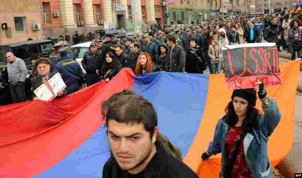 Armenians protest against the visit of Russian President Vladimir Putin in Yerevan. Armenia's recent decision to join a Russian-led customs union has angered many in the Caucasus country. (AFP/Karen Minasyan)