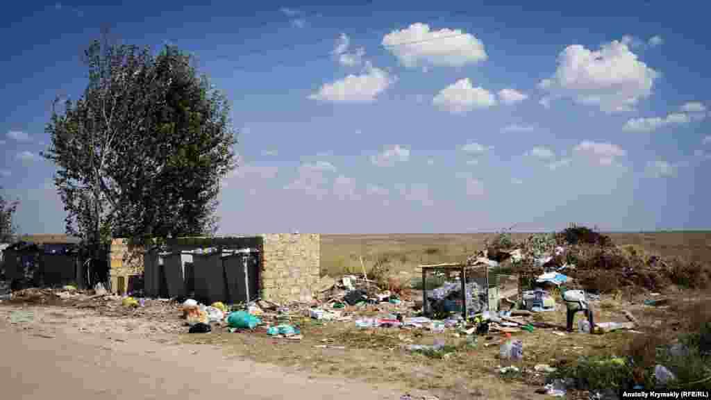 Побутового сміття на березі озера – надлишок