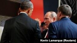 Президенты Барак Обама (стоит спиной слева) и Владимир Путин провели короткую встречу в Лиме, 20 ноября 2016
