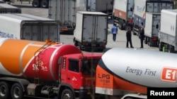 Південнокорейські вантажівки повертаються після того, як їм заборонили в'їзд до промислового парку Кесон, 3 квітня 2013 року