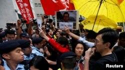 Демонстранттар полиция менен тирешип жаткан учур. 17-май, 2016-жыл.