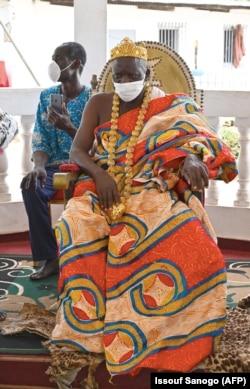 """Король Санви Амон Ндуффу V во время церемонии """"изгнания коронавируса"""""""