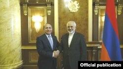 هوویک آبراهامیان، نخستوزیر ارمنستان (چپ) و محمدجواد ظریف، وزیر خارجه ایران. ایروان ۲۷ ژانویه ۲۰۱۵.