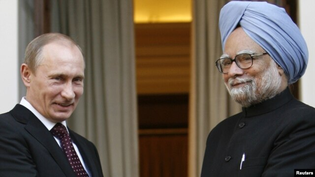 Indian Prime Minister Manmohan Singh (right) is expected to meet with Russian President Vladimir Putin (left) on October 21. (file photo)