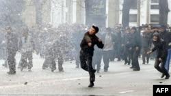 Даргирии тарафдорони мухолифин бо нирӯҳои интизомӣ. Бишкек, 7-уми апрели соли 2010