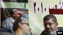 Mohammed Mursi (sağda)