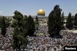 Массовая молитва мусульман на Храмовой горе в Иерусалиме в Рамадан. 1 июня 2017 года