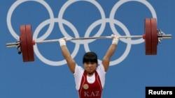 Зульфия Чиншанло, казахстанская тяжелоатлетка. Лондон, 29 июля 2012 года.