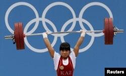 Қазақстандық ауыр атлет Зүлфия Чиншанло әлем рекордын жаңартып тұр. Лондон, 29 шілде 2012 жыл.