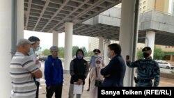 Приехавшие в Нур-Султан жители Жанаозена во время переговоров с представителем национальной компании «КазМунайГаз». 26 июня 2020 года.