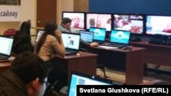 Журналисты в пресс-центре ЦИК Казахстана.