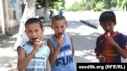 Дети в Бекабадском районе Ташкентской области едят мороженое. Архивное фото.