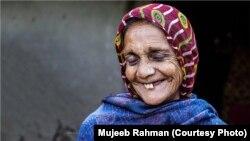Mujeeb Rahman-ın ən sevimli fotosu. Hindistanın şimalında (Racastanda) çəkilib. «Kəndli qadının məsum gülüşü» adlanır.