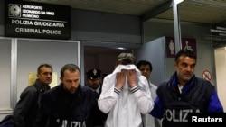 Валерий Толмачев в окружении полицейских в римском аэропорту. 25 апреля 2011 г