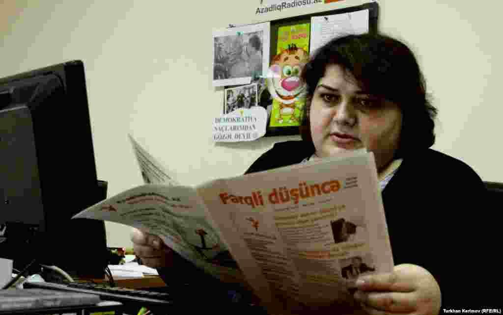 Xədicə İsmayıl Bakıda AzadlıqRadiosunun Bürosunda iş yerində. 31 yanvar 2012.