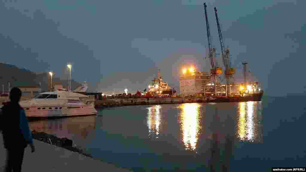 Порт в Туркменбаши