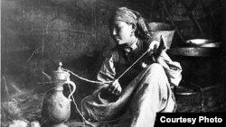 Жип ийрип отурган кыргыз аялы. Жыйырманчы кылымдын башы.