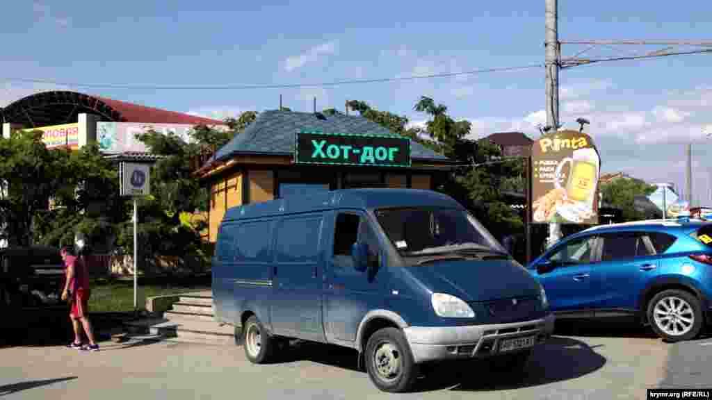 По дороге на «Золотой пляж» можно заметить машины с украинскими номерами