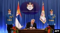 Presidenti serb, Tomislav Nikolic nënshkruan aktin e shpërndarjes së Parlamentit, më 4 mars 2016
