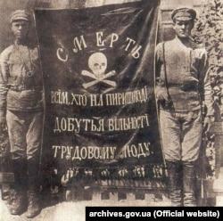 «Смерть всім, хто на пиришкоді добутья вільності трудовому люду». Прапор махновців, 1920 рік