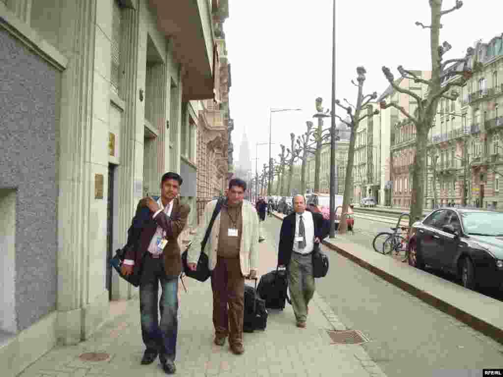 Журналистер НАТО саммитін қамту үшін Страсбургтегі баспасөз орталығына аттанды. 3 сәуір 2009 жыл. - Журналисты идут в пресс-центр , чтобы получить аккредитационные карточки. Страсбург, 3 апреля 2009 года.