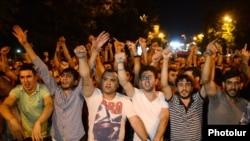Участники акции «Нет грабежу!» в Ереване. 23 июня 2015 года.
