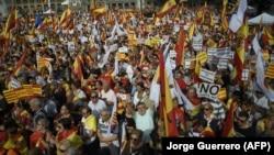 """Одна из массовых демонстраций в Барселоне. Акция проходила под лозунгом """"Каталония да, Испания тоже"""". 12 октября 2017 года."""