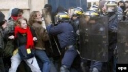 По некоторым оценкам, в крупнейшем порту Франции участие в демонстрации приняли не менее четверти миллиона человек