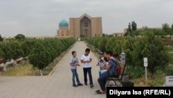 Люди рядом с мавзолеем Ходжи Ахмета Яссауи в Туркестане. Южно-Казахстанская область, 2 июня 2018 года.