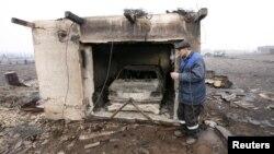 Житель Ширы Геннадий Симонов у гаража, в котором сгорел его автомобиль