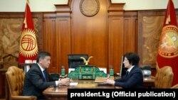 Президент Сооронбай Жээнбеков жана Жогорку соттун төрайымы Айнаш Токбаева.