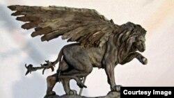 Крылатый лев-памятник в мастерской Колина Споффорта