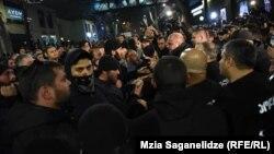 Акция протеста ультраправых у тбилисского кинотеатра «Амирани», где демонстрировался фильм